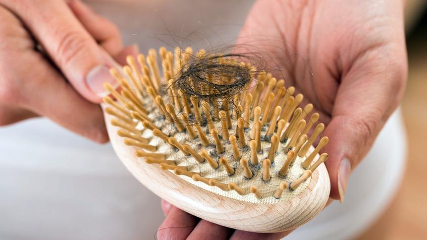 Eine Kühlhaube könnte vor Haarausfall bei Chemotherapie schützen.