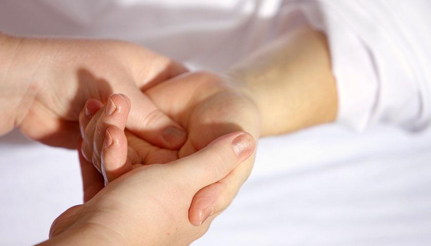 Akupressur bei Brustkrebs: Fatigue und Schmerz wegmassieren